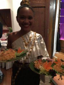 Pilar Latorre en el Mercado de las sedas en Tailandia